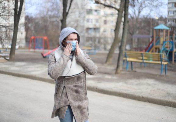 Woman wearing a medical mask outside during the coronavirus pandemic. (Photo: EVG Photos/Pexels)