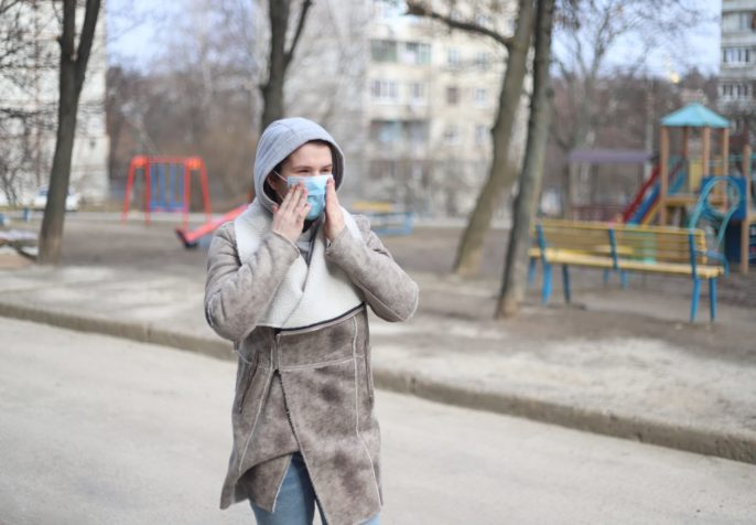 Woman wearing a medical mask outside during the coronavirus pandemic. (Photo: EVG Photos/Pexels)